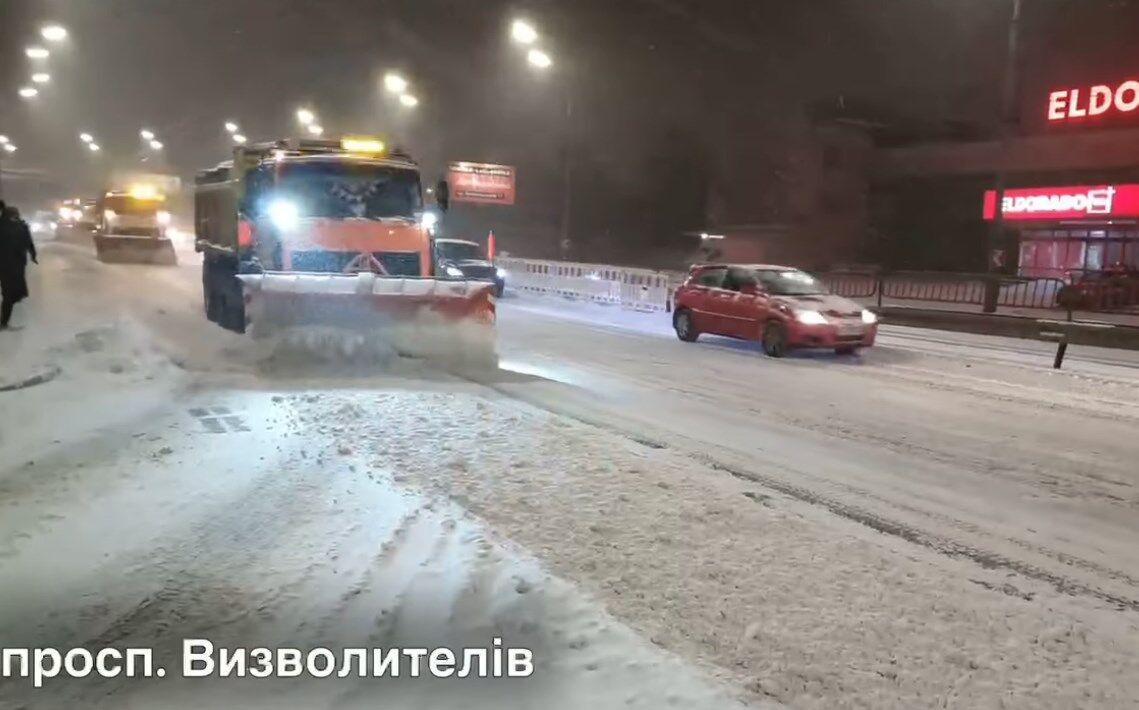 Спецтехніка розчищає дороги в Києві.