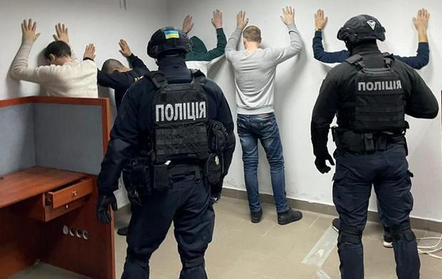 В Киеве задержали коллекторов, которые изготавливали интимные фото должников