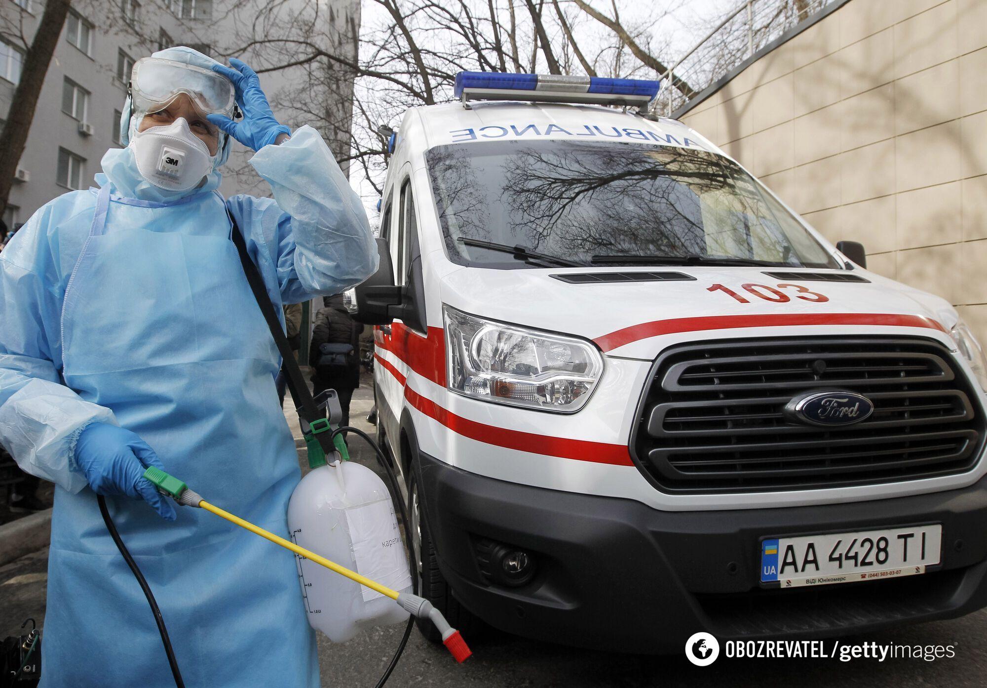 Медичний працівник у захисному одязі відвідує навчальний курс із реагування на коронавірус в Олександрівській клінічній лікарні