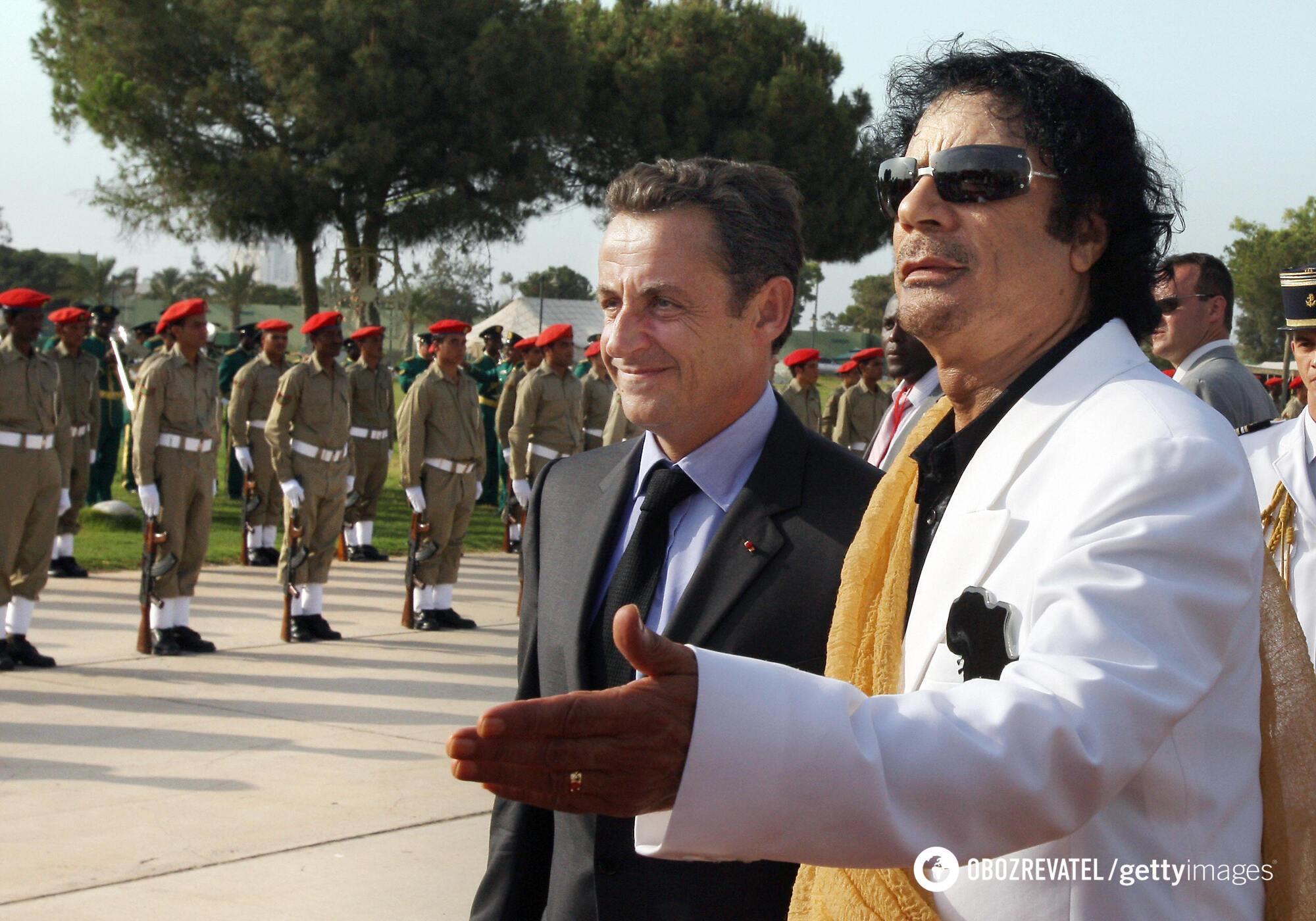 Ніколя Саркозі та Муаммар Каддафі.