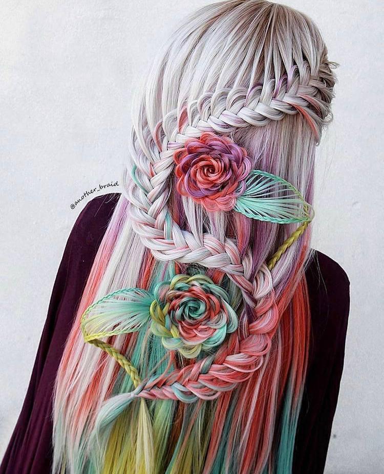 Удивительная прическа с косичками в форме роз с использованием цветных прядей.