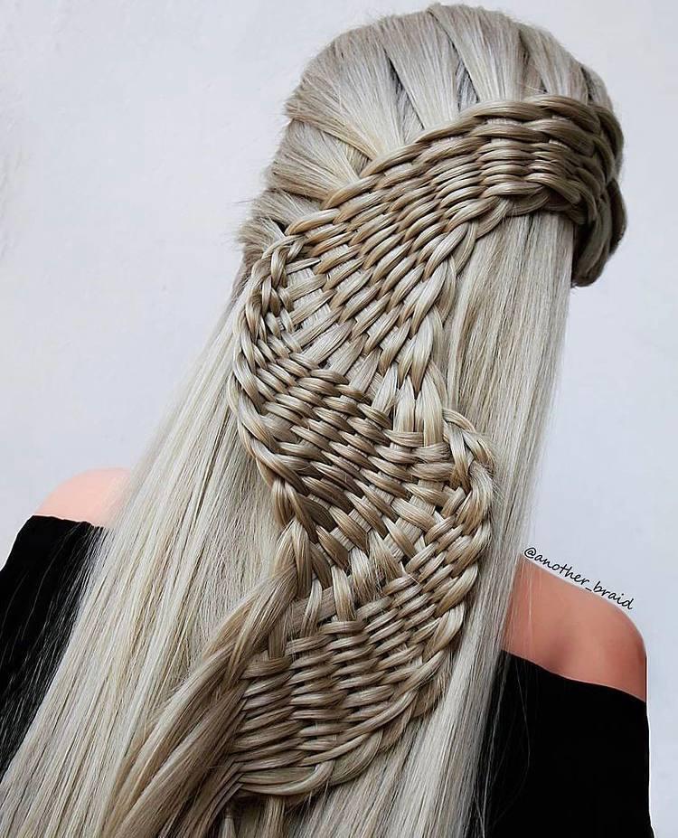Удивительное плетение косичек руками македонской мастерицы.