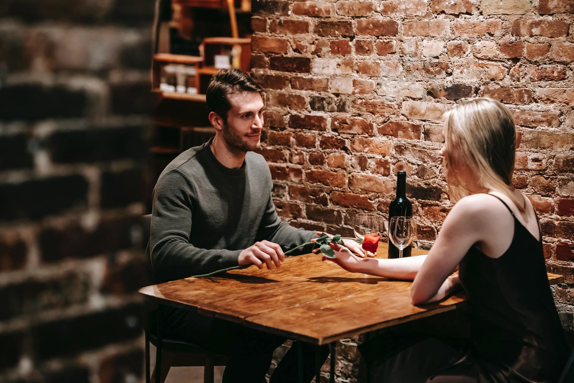8 Марта можно провести с парнем в караоке