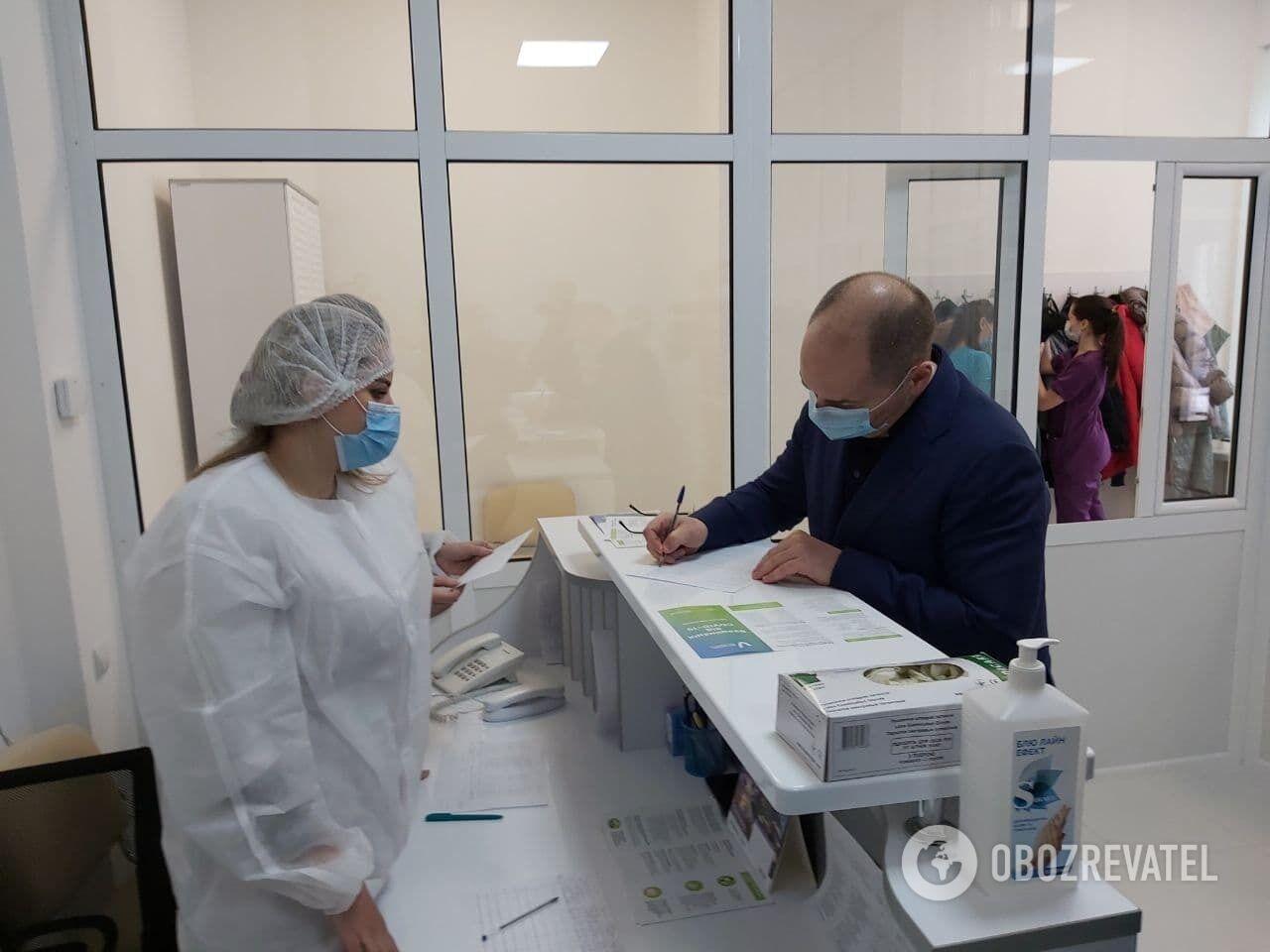 Министр заявил, что он будет вакцинироваться первым.
