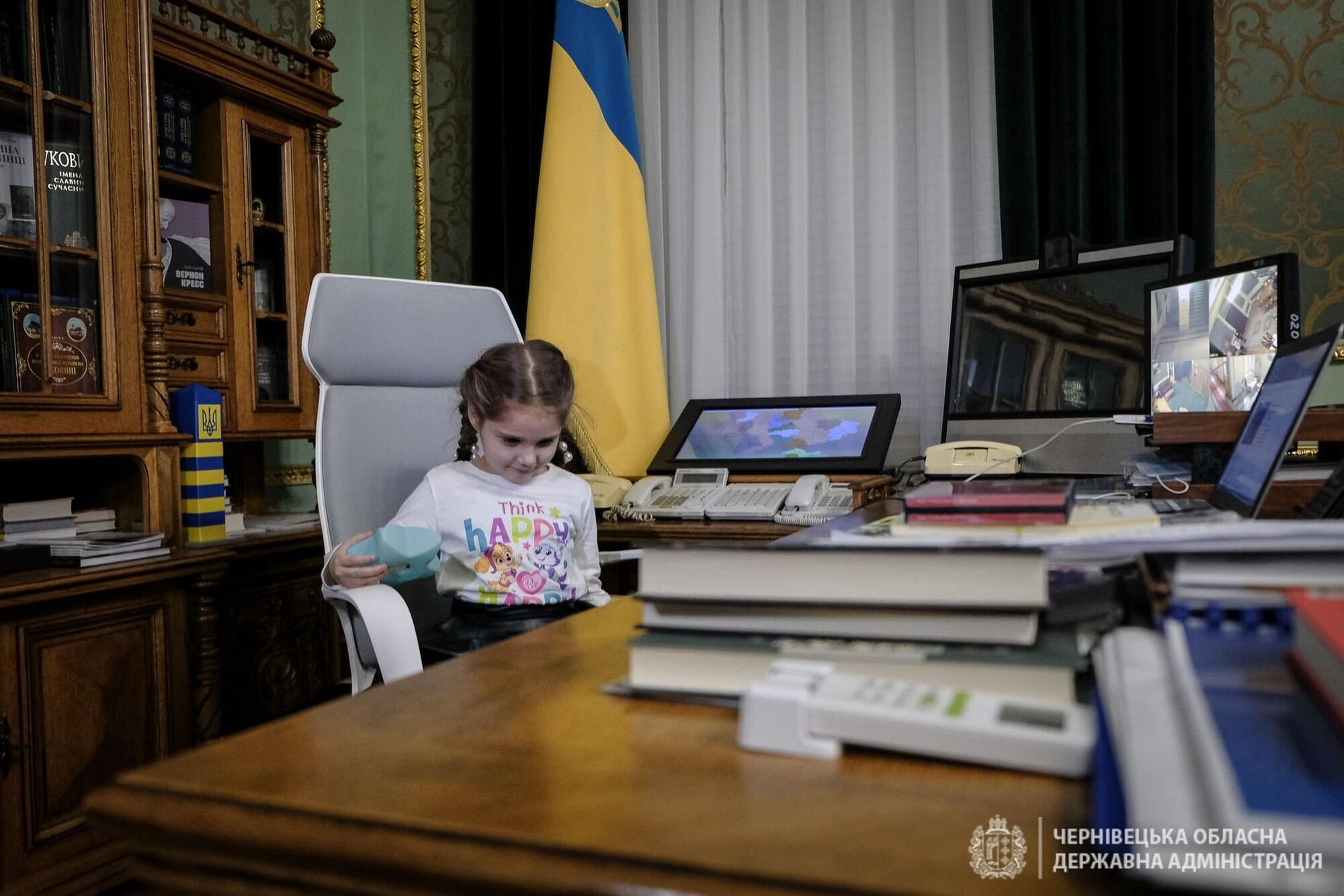Подарки вручали в кабинете главы Черновицкой ОГА.