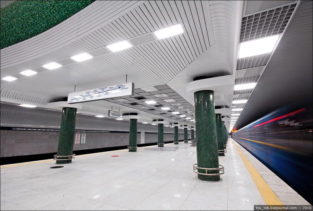 """Круглые колонны облицованы мраморной крошкой зеленого цвета """"под смальту"""""""