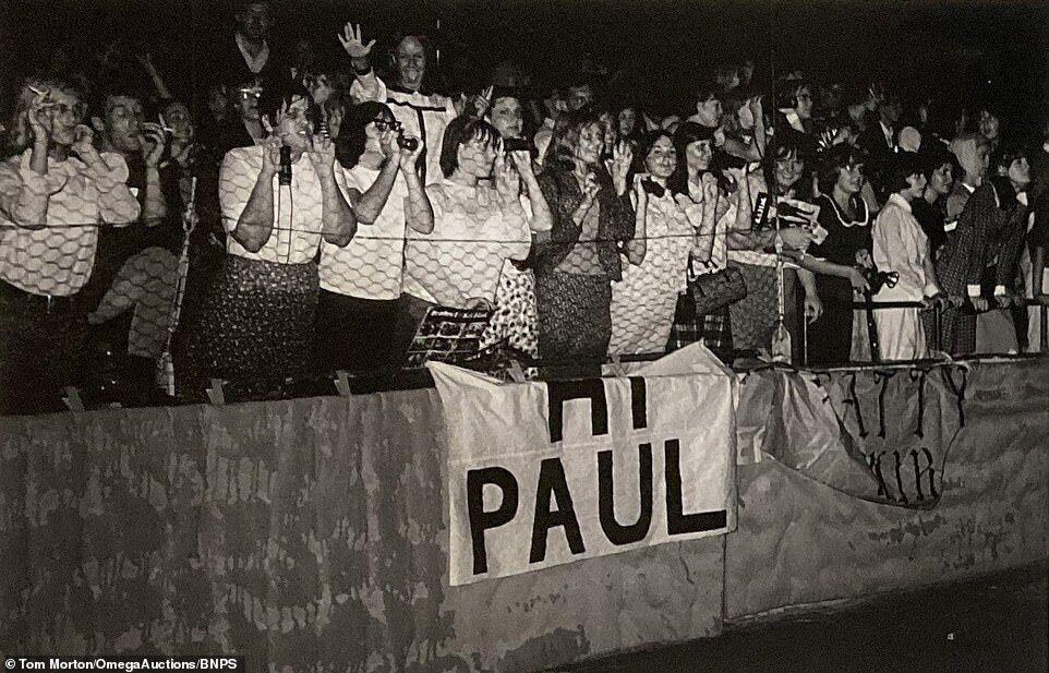 Толпа счастливых фанатов.
