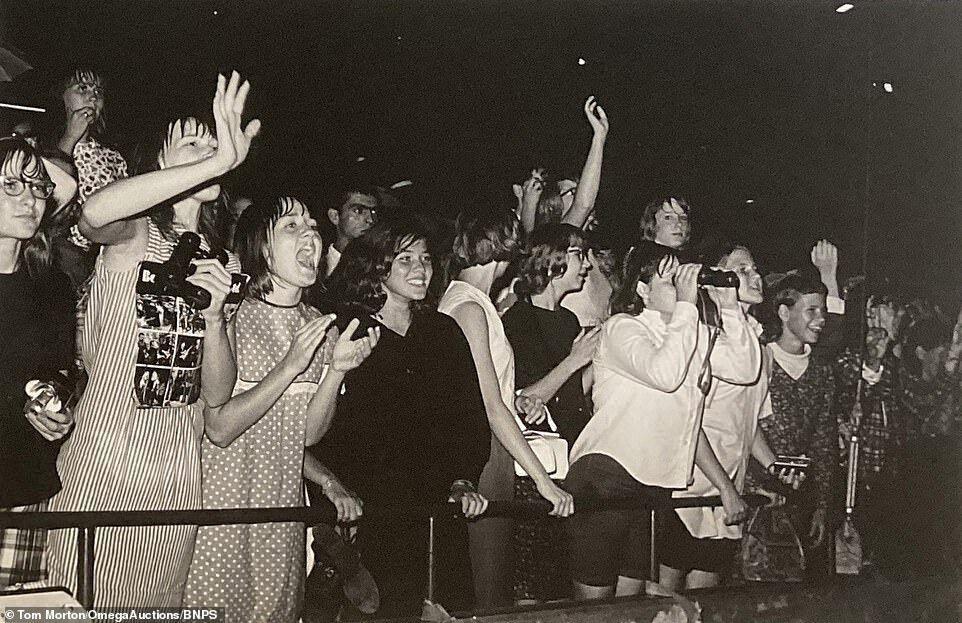 Толпа довольных фанатов