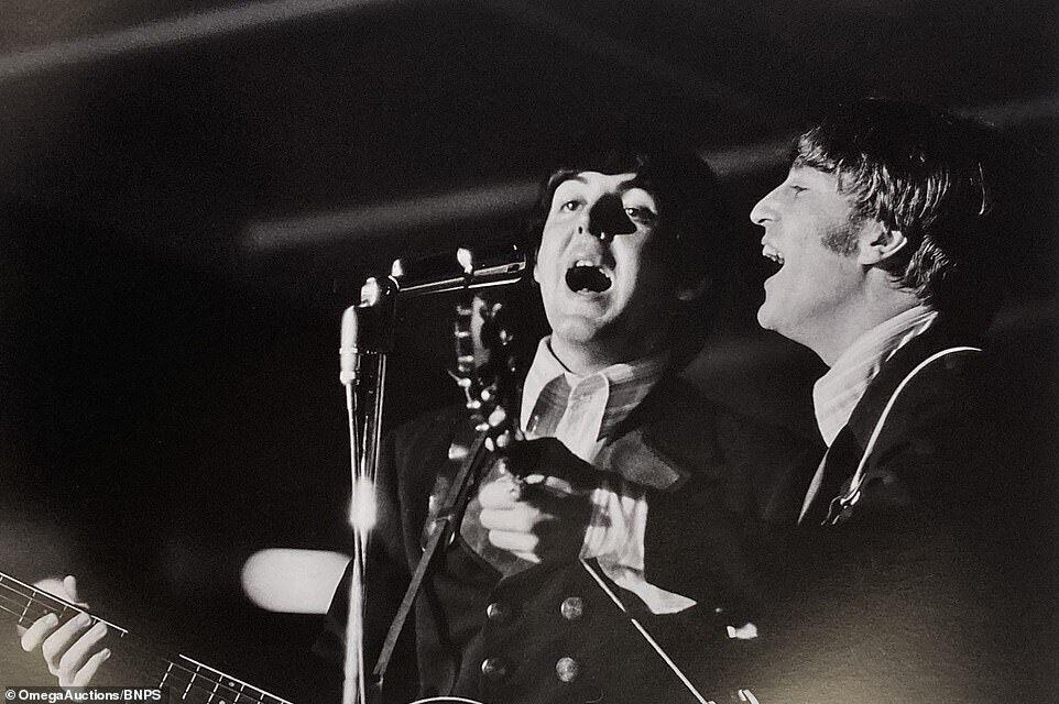 Пол Маккартни и Джон Леннон у микрофона