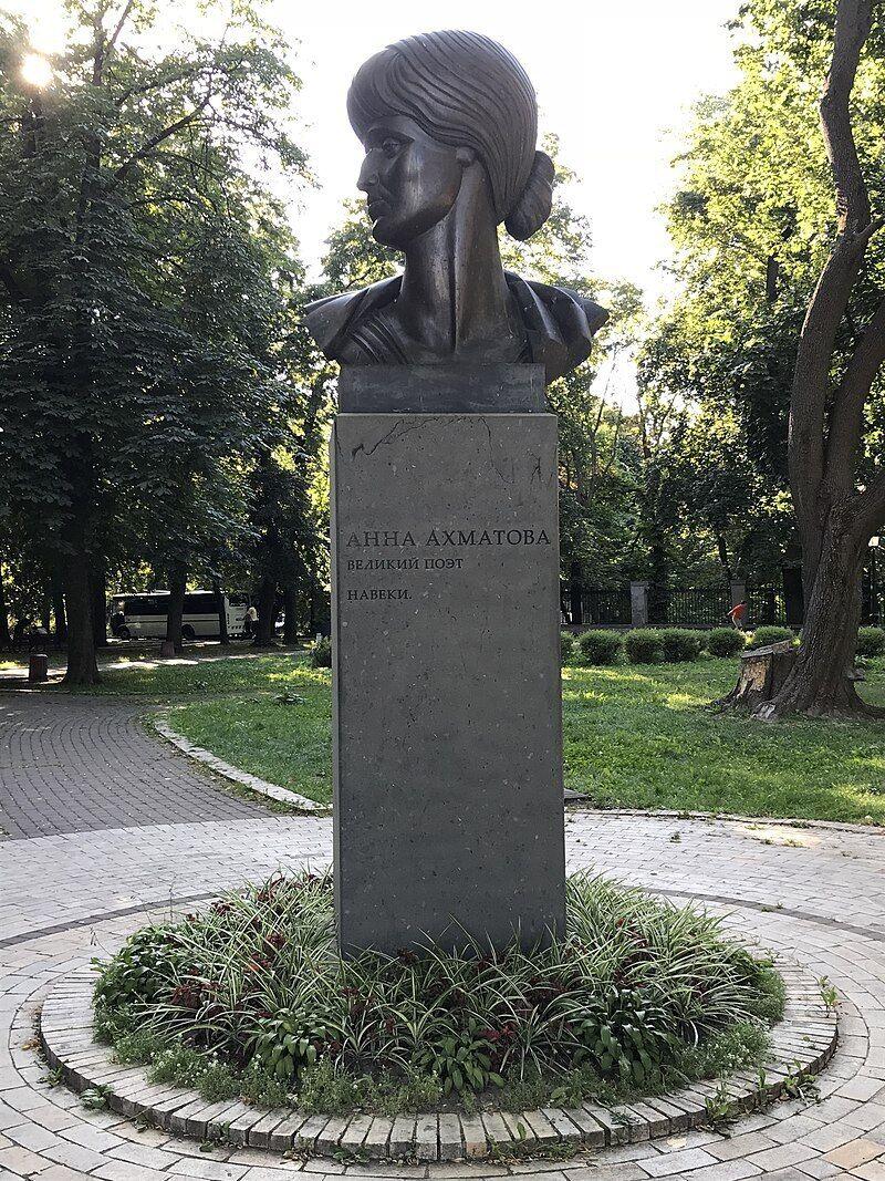 В Киеве два памятника посвященные Ахматовой.