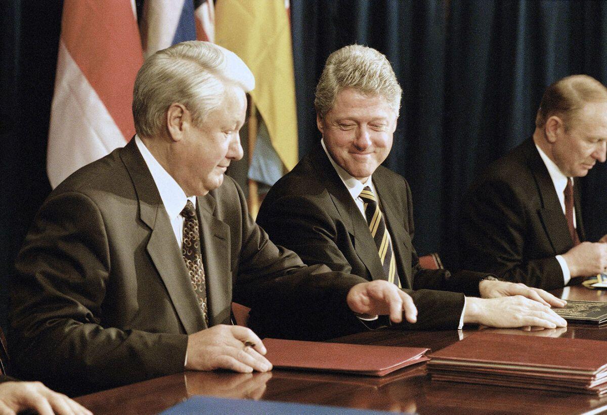 Теги: Історія, Будапештський меморандум 5 грудня 1994 року у Будапешті вищі керівники України, США, Великої Британії і Росії підписали Меморандум про гарантії безпеки у зв'язку з приєднанням України