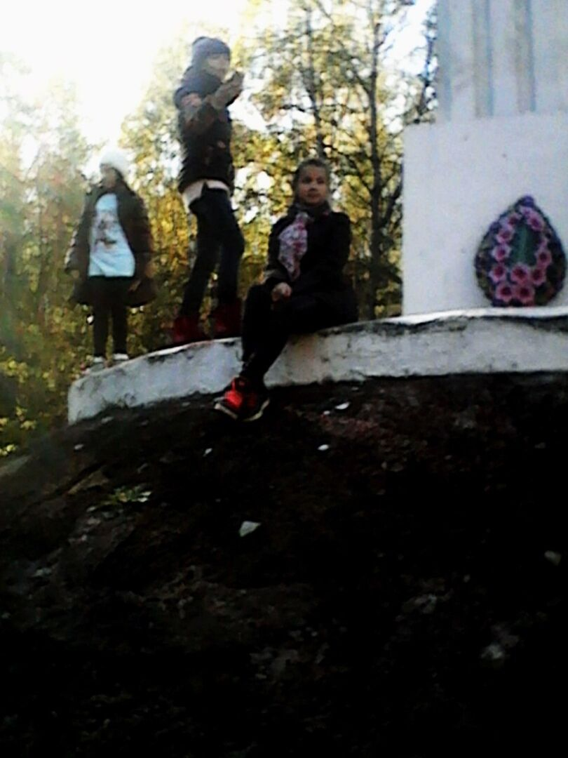 Дівчата сфотографувалися з похоронним вінком.