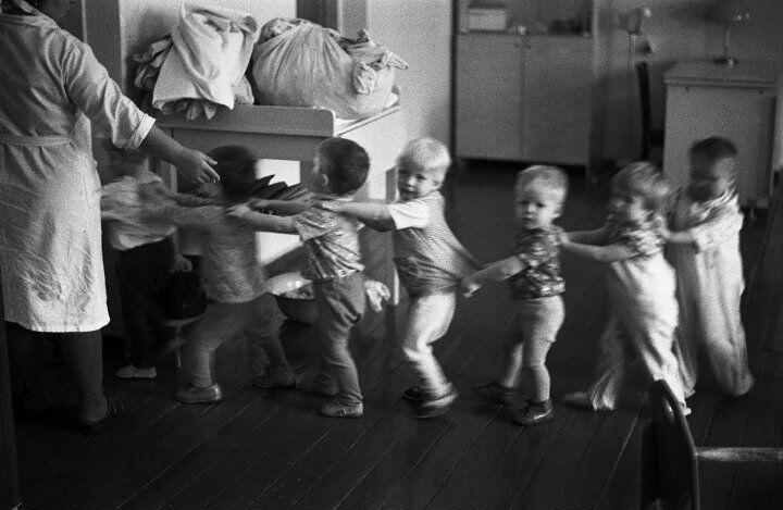 Дети играют в советском детском саду