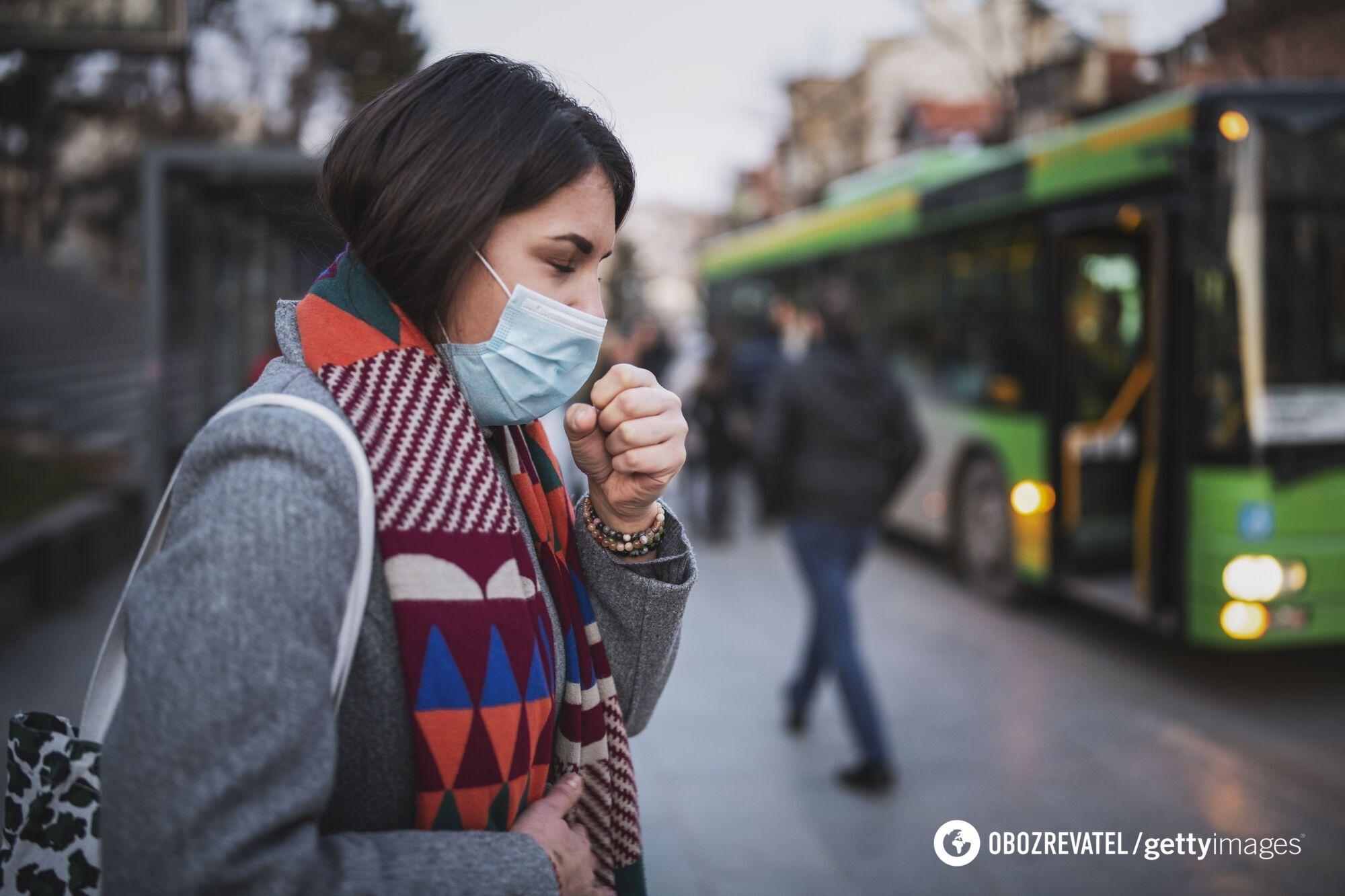Находясь в толпе на улице, стоит носить защитную маску
