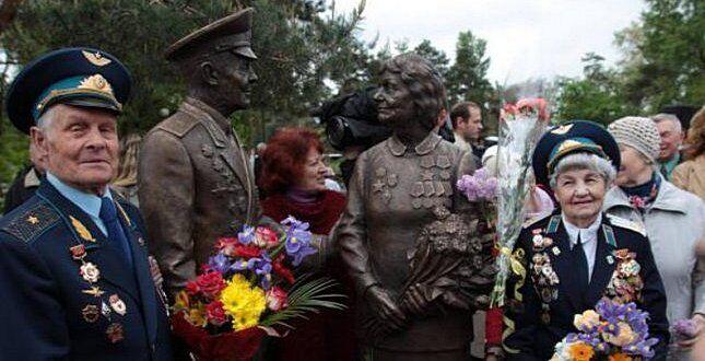 """""""Люди Победы"""" - скульптурная композиция посвящена и мужчинам, и женщинам."""