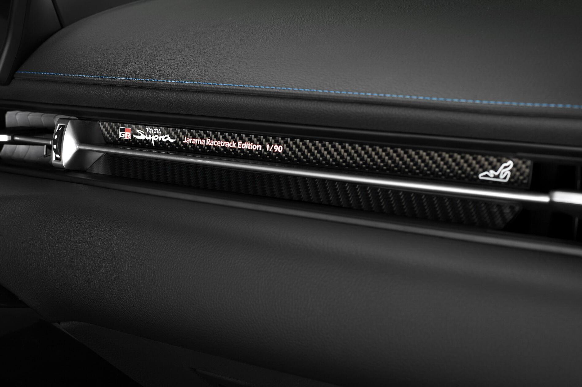 Приборную панель украсят карбоновые вставки, а перед передним пассажиром на планке будут нанесены порядковый номер экземпляра, фирменная символика и силуэт гоночной трассы.
