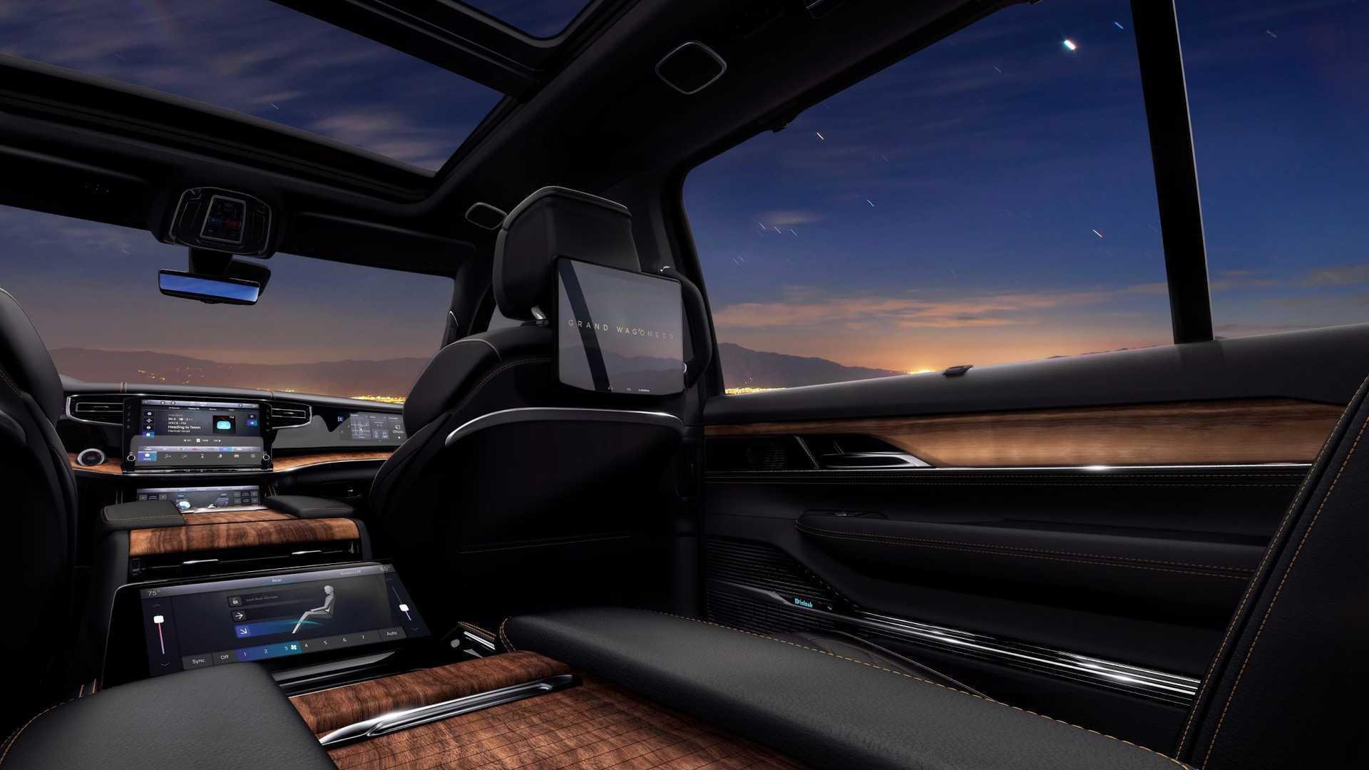 """К услугам задних пассажиров – индивидуальные экраны на спинках передних кресел, а также отдельный экран между креслами второго ряда для управления """"климатом"""""""