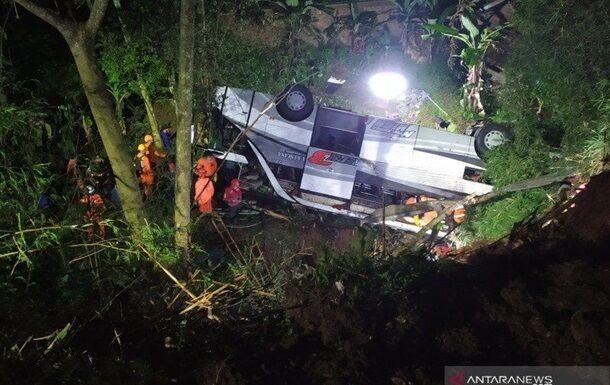 В Індонезії шкільний автобус впав з обриву.
