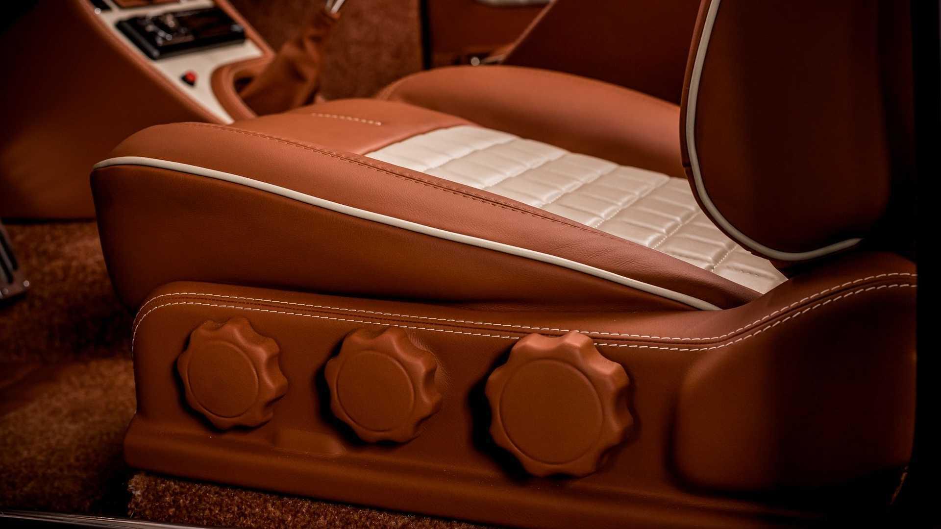 Сиденья Toyota, которые обернуты тонкой коричневой кожей