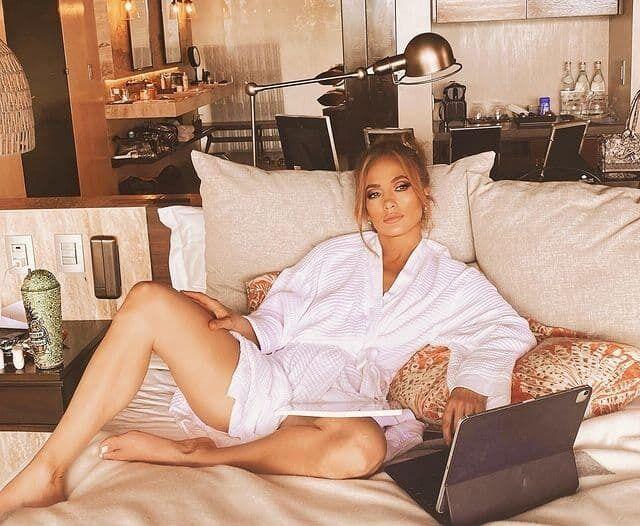 Дженніфер Лопес позує в халаті