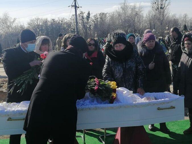 На похорон Петрової прийшло близько 100 осіб.