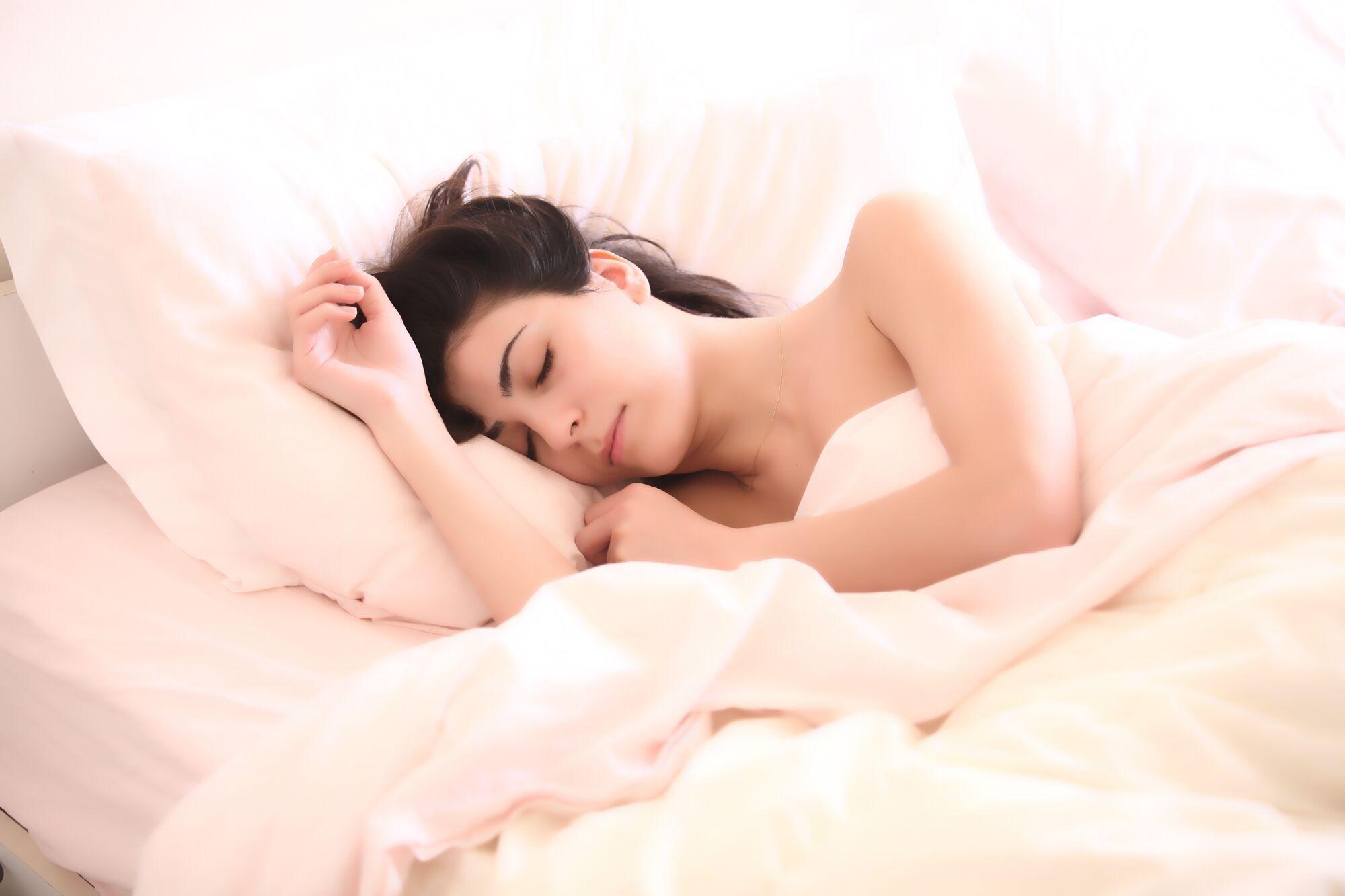 Здоровим дорослим (18-64 роки) необхідно спати від 7 до 9 годин на добу