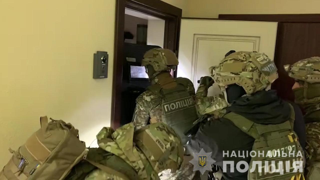 Полиция провела спецоперацию по задержанию преступников.