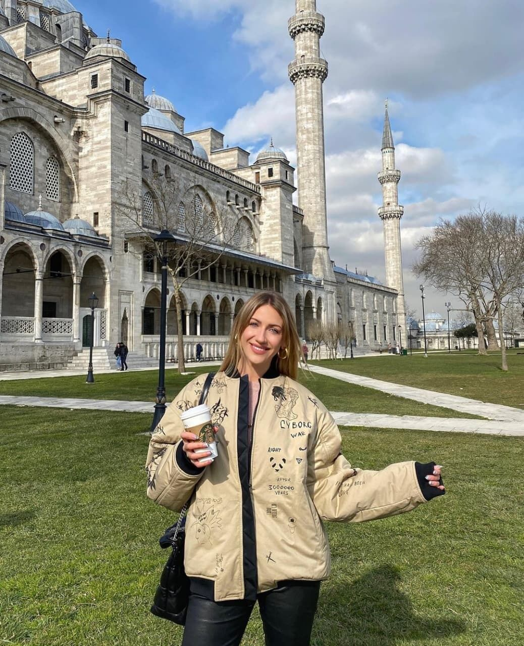 Леся Никитюк позирует в Стамбуле