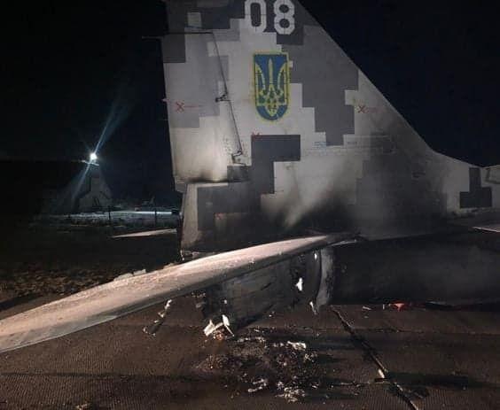 Пошкоджений літак.