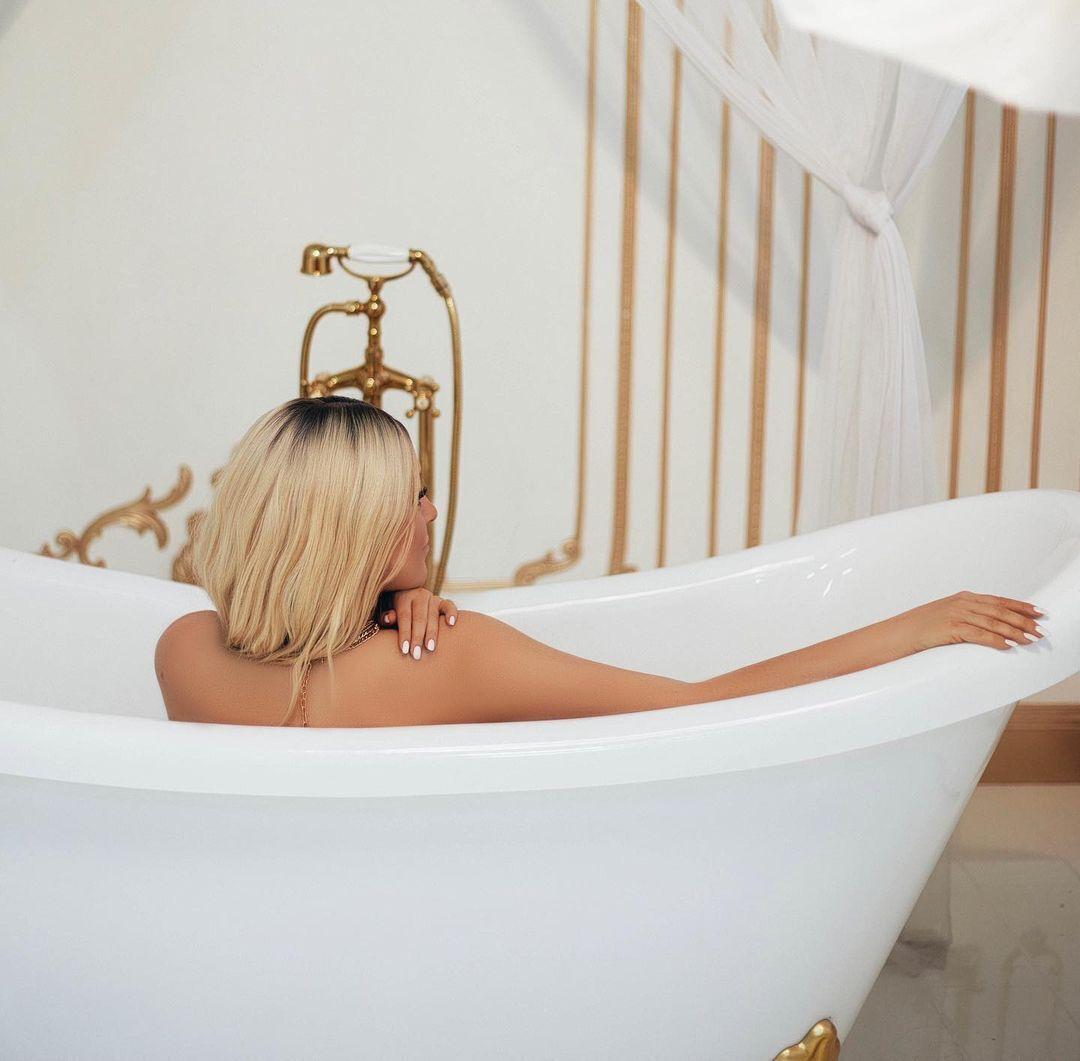Наталя Могилевська оголена у ванній під час фотосесії.