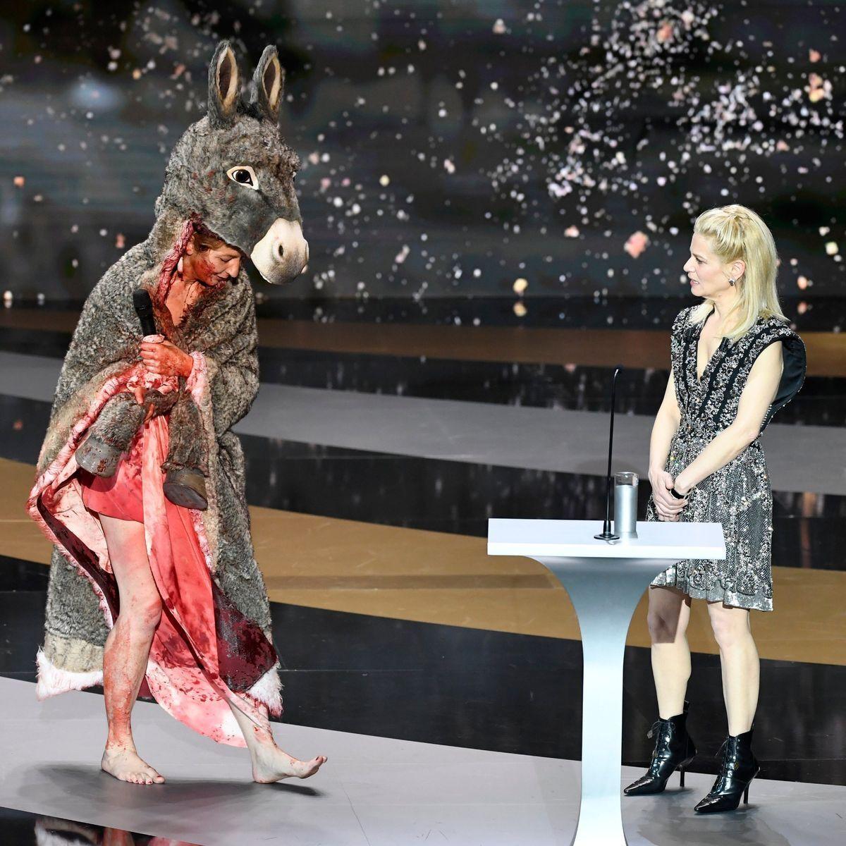 Корина Масьеро вышла на сцену в костюме осла и окровавленной раскраской.