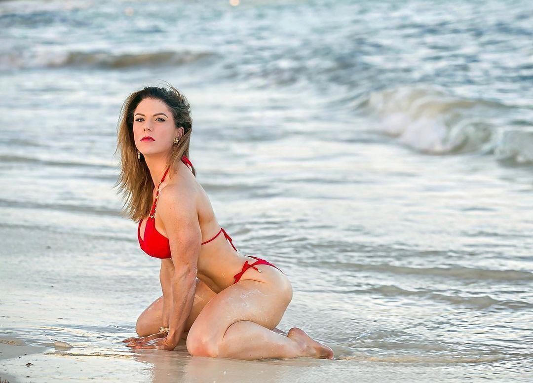 Элизабет Маршалл на пляже