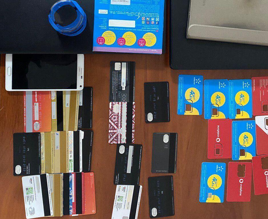 Під час обшуку в аферистки знайшли безліч банківських карток і sim-карт мобільних операторів.