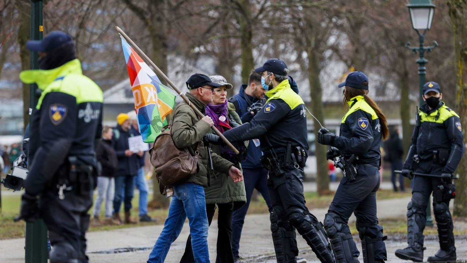 Демонстрантов разгоняли мобильные подразделения