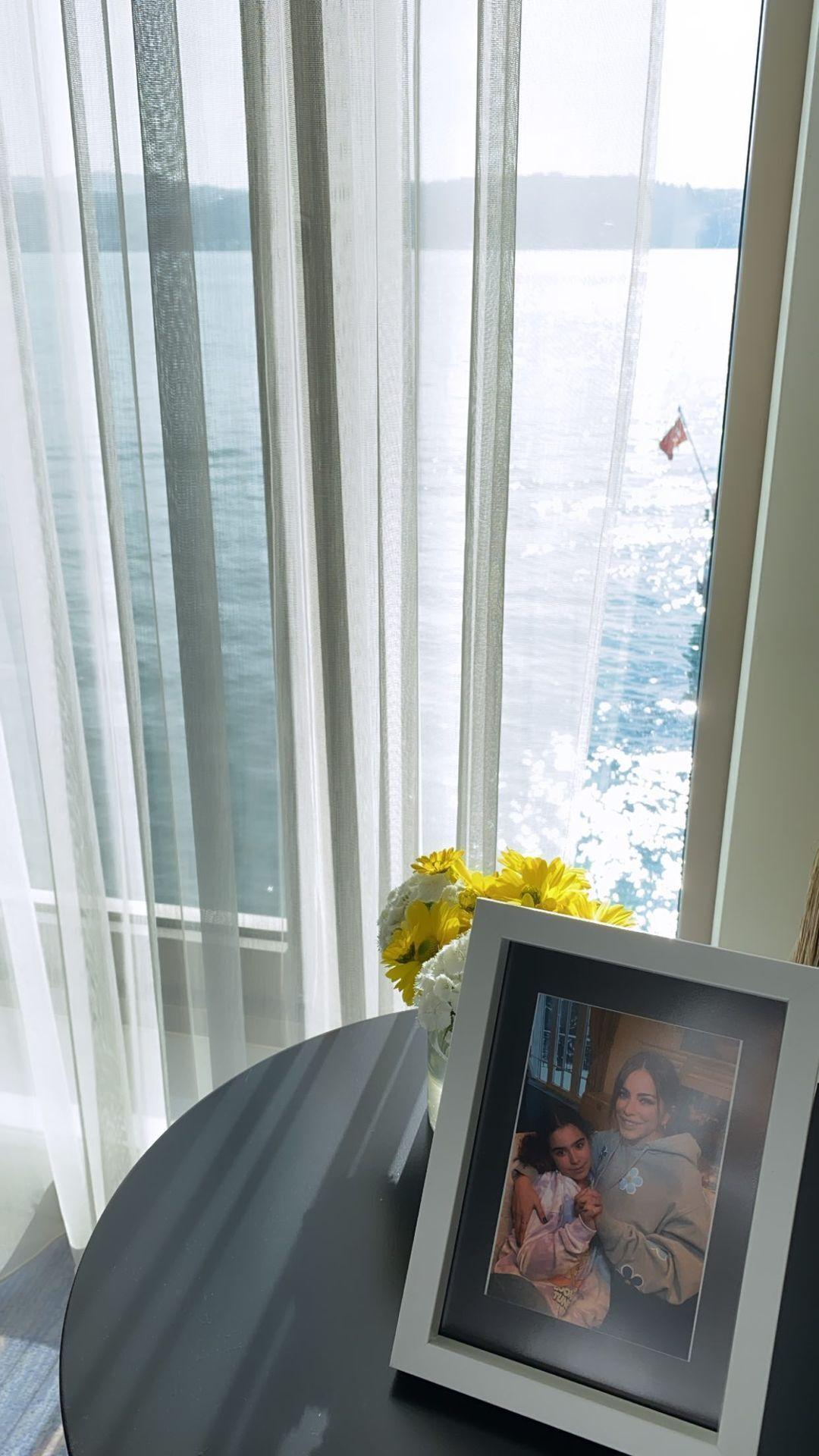 Співачка показала фоторамку на тлі моря, де зображена вона зі своєю дочкою Софією.