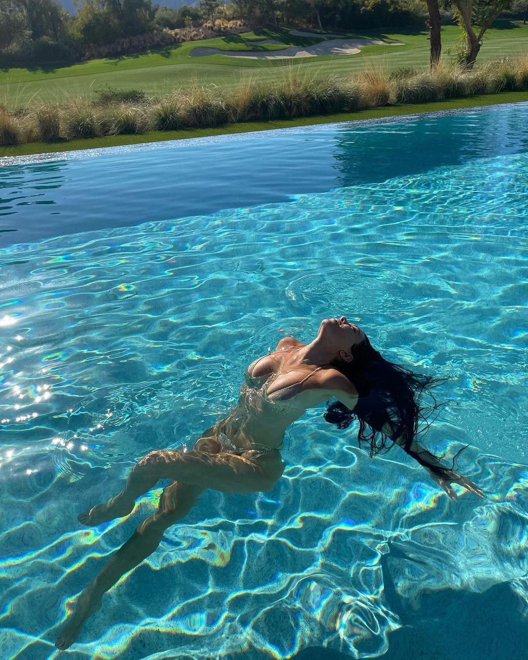 Кортні Кардаш'ян позує на фото в купальнику