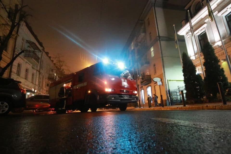 Пожарная машина у загоревшегося ресторана