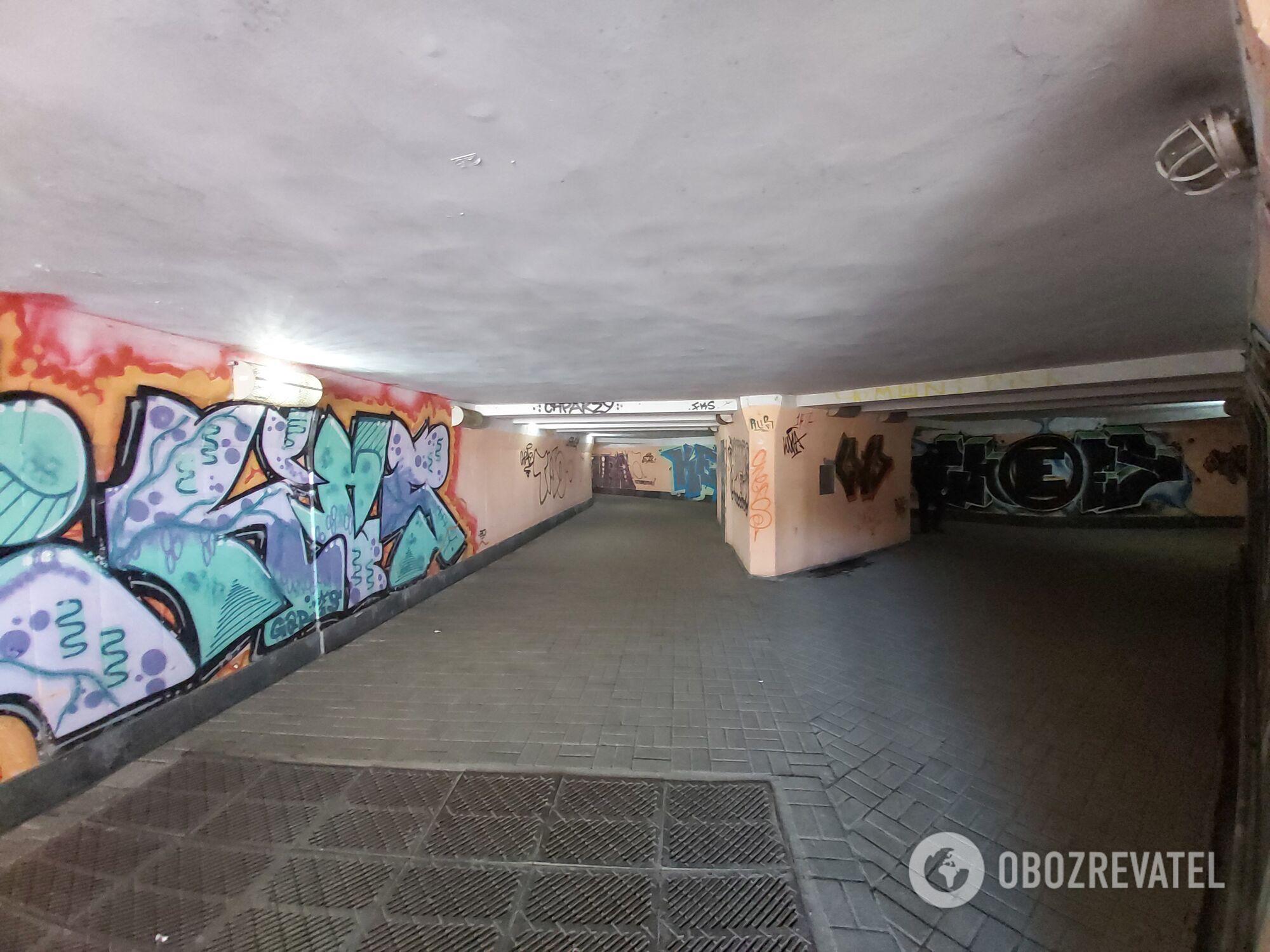 """На """"Демевской"""" чисто, но очень много надписей на стенах."""