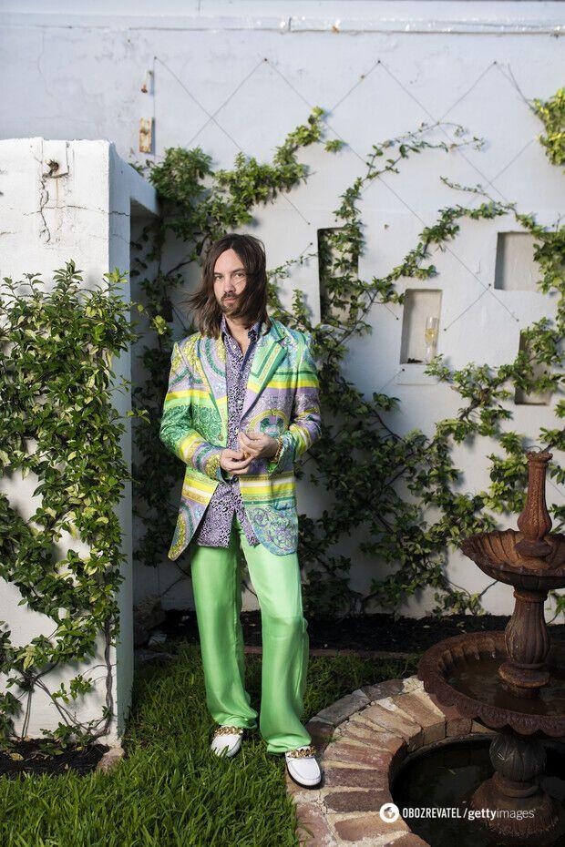 Кевин Паркер предпочел яркий костюм из атласа