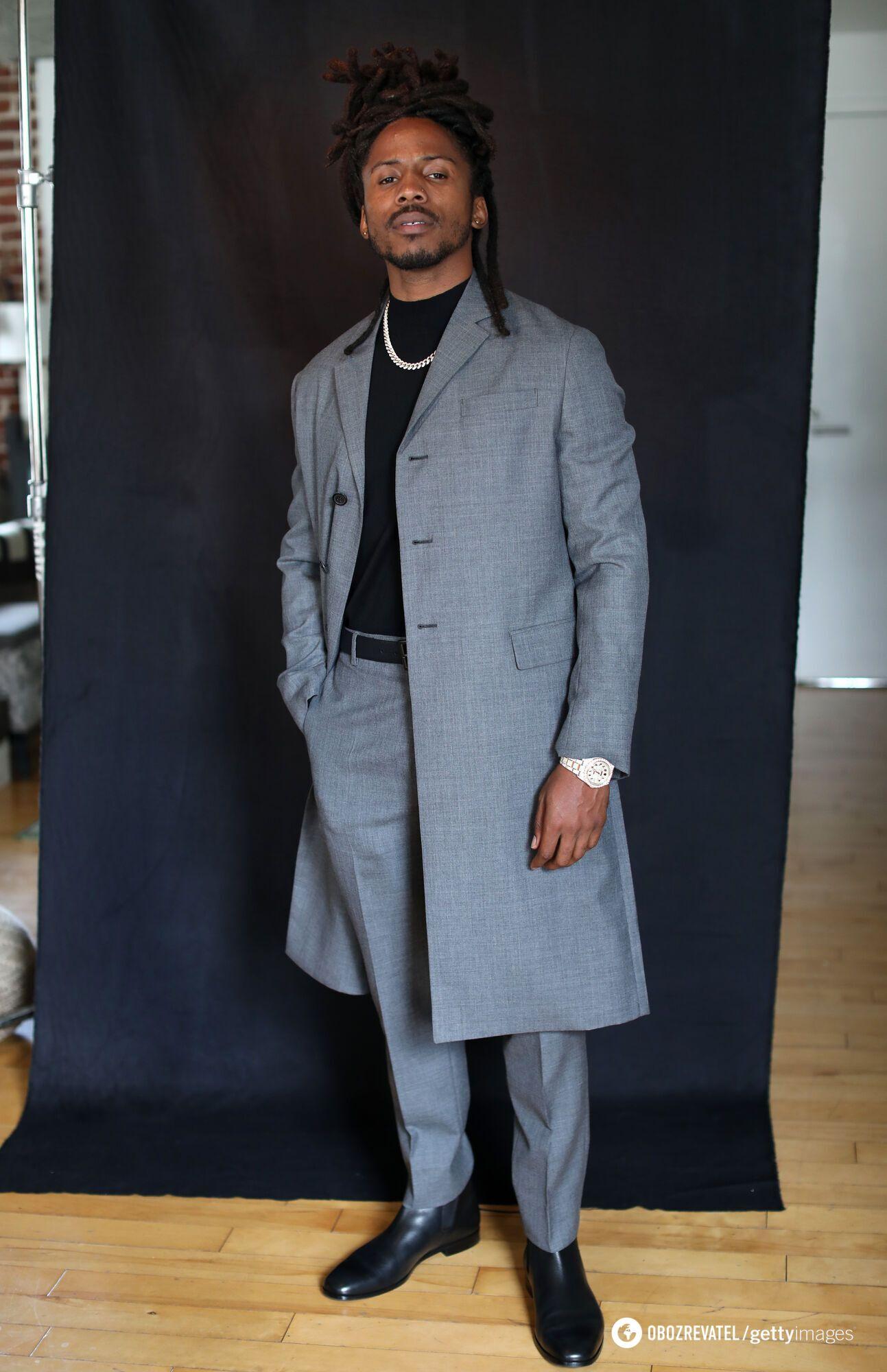 Музыкант D Smoke предстал на публике в стильном сером костюме