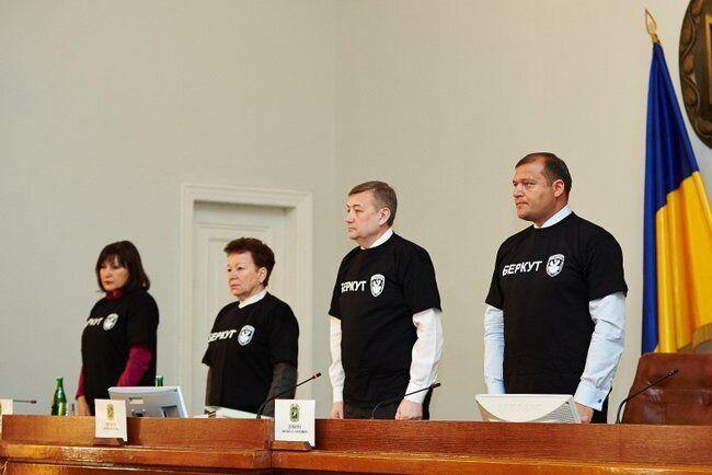 """Сергей Чернов (второй справа) в футболке """"Беркута"""""""