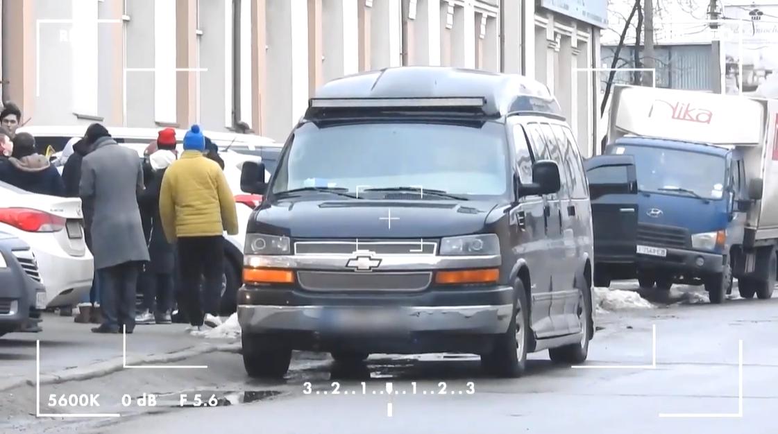 Певица Оля Полякова предпочитает комфорт, поэтому ездит на большом бусе марки Chevrolet