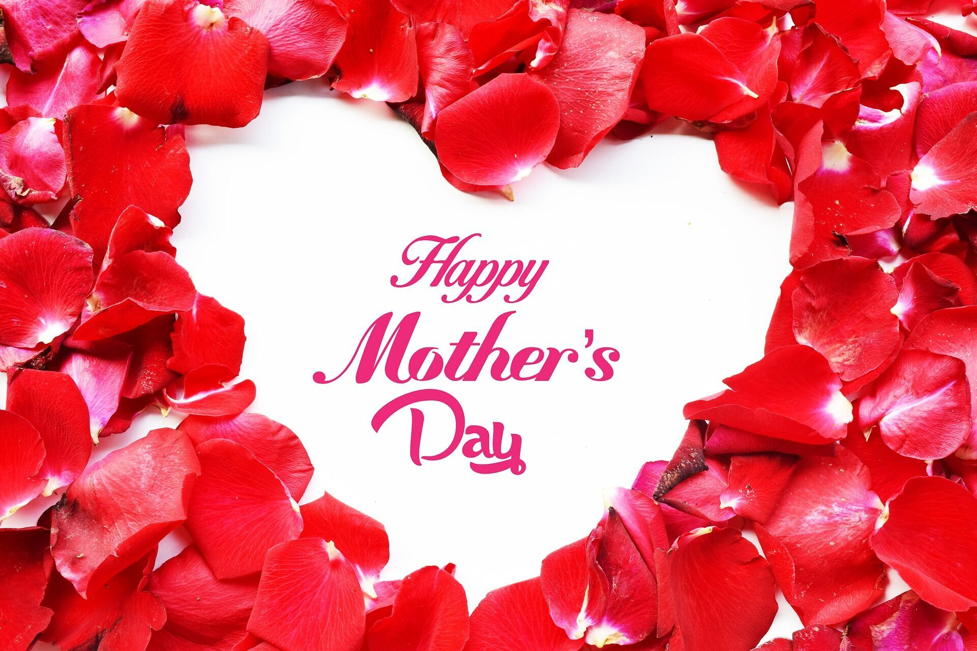 В День матери дети поздравляют своих мам, благодаря их за любовь