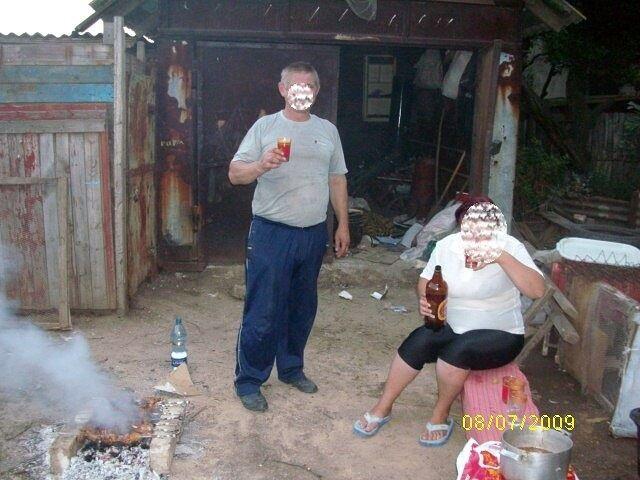 Підозрюваний (зліва) з родичкою