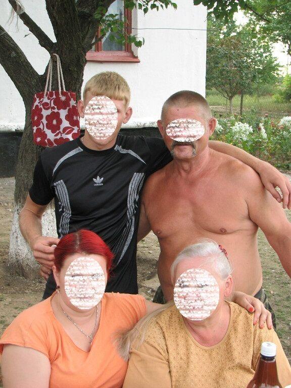 Сім'я Миколи В. (справа вгорі) з ним спілкувалася кілька років тому
