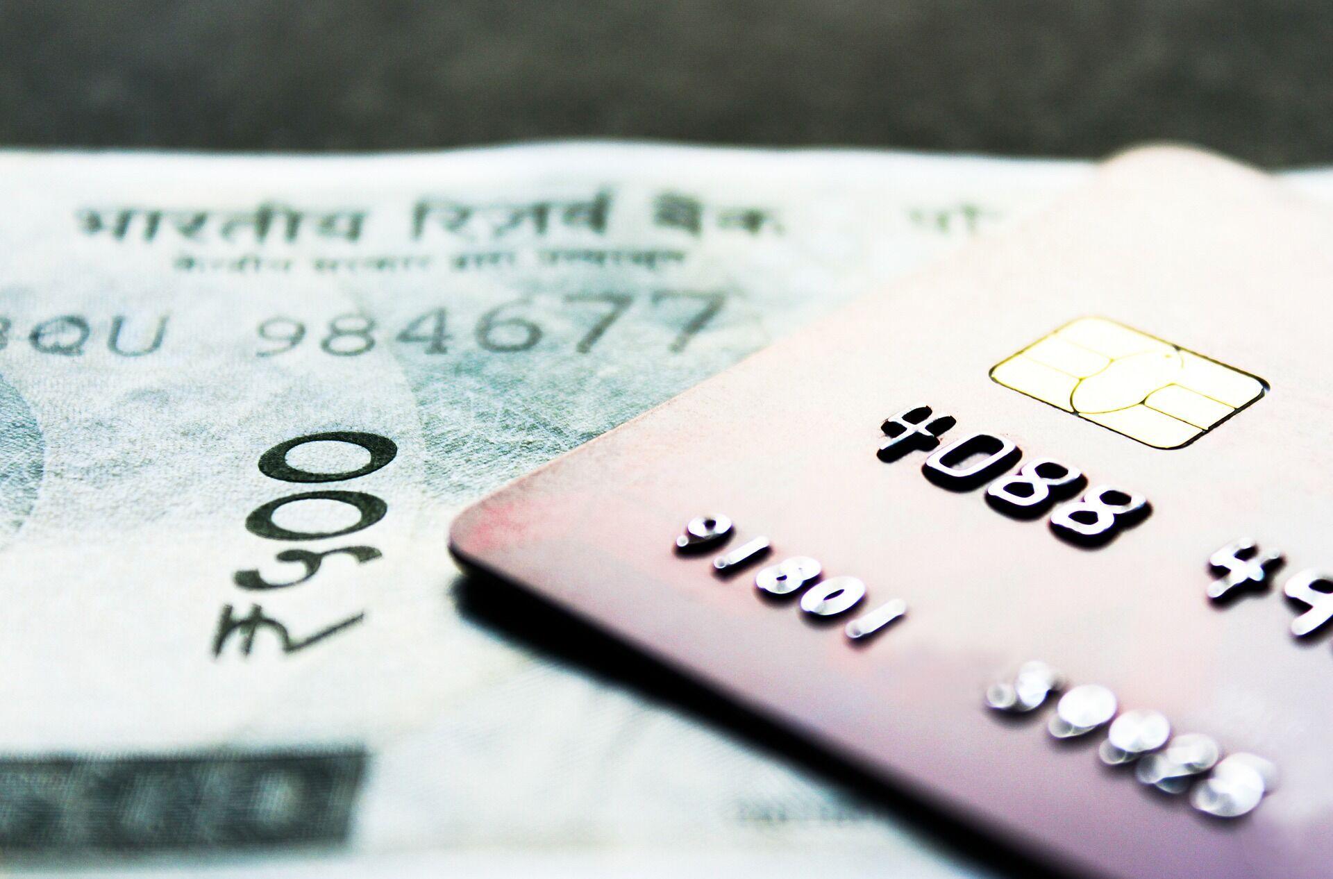 Банк вирішить, що картку зламали, якщо ви раптово розплатитеся за кордоном