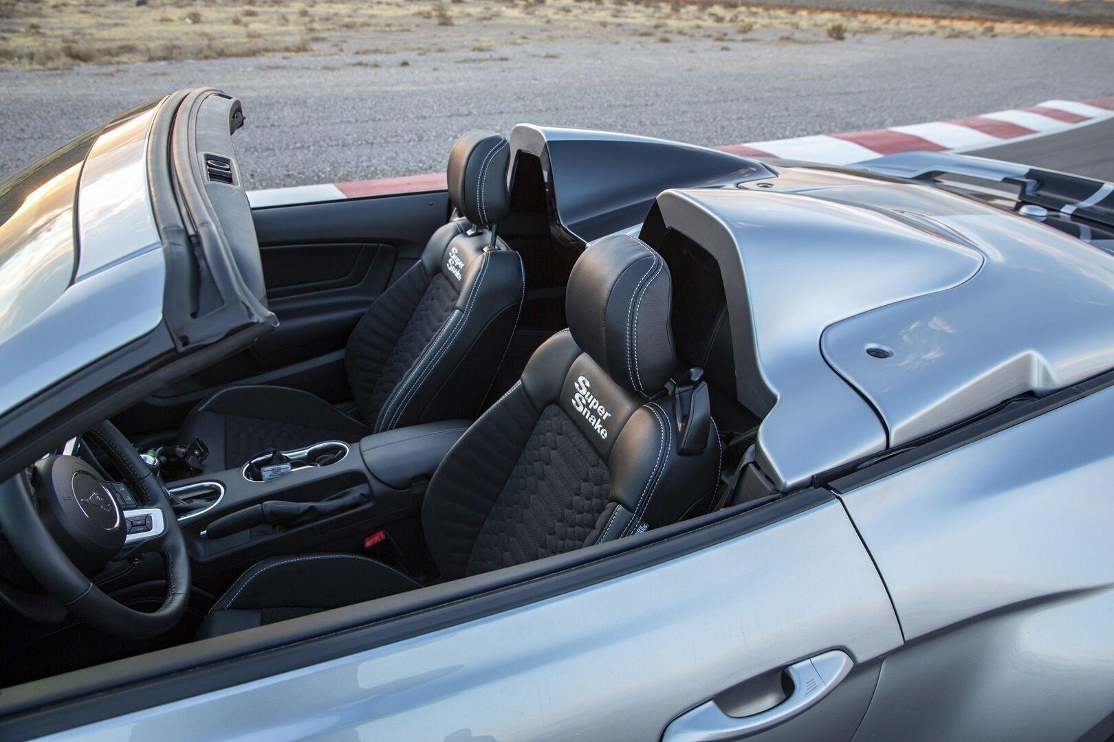 За спинками передних кресел установлена специальный колпак, превращающий кабриолет в элегантный спидстер