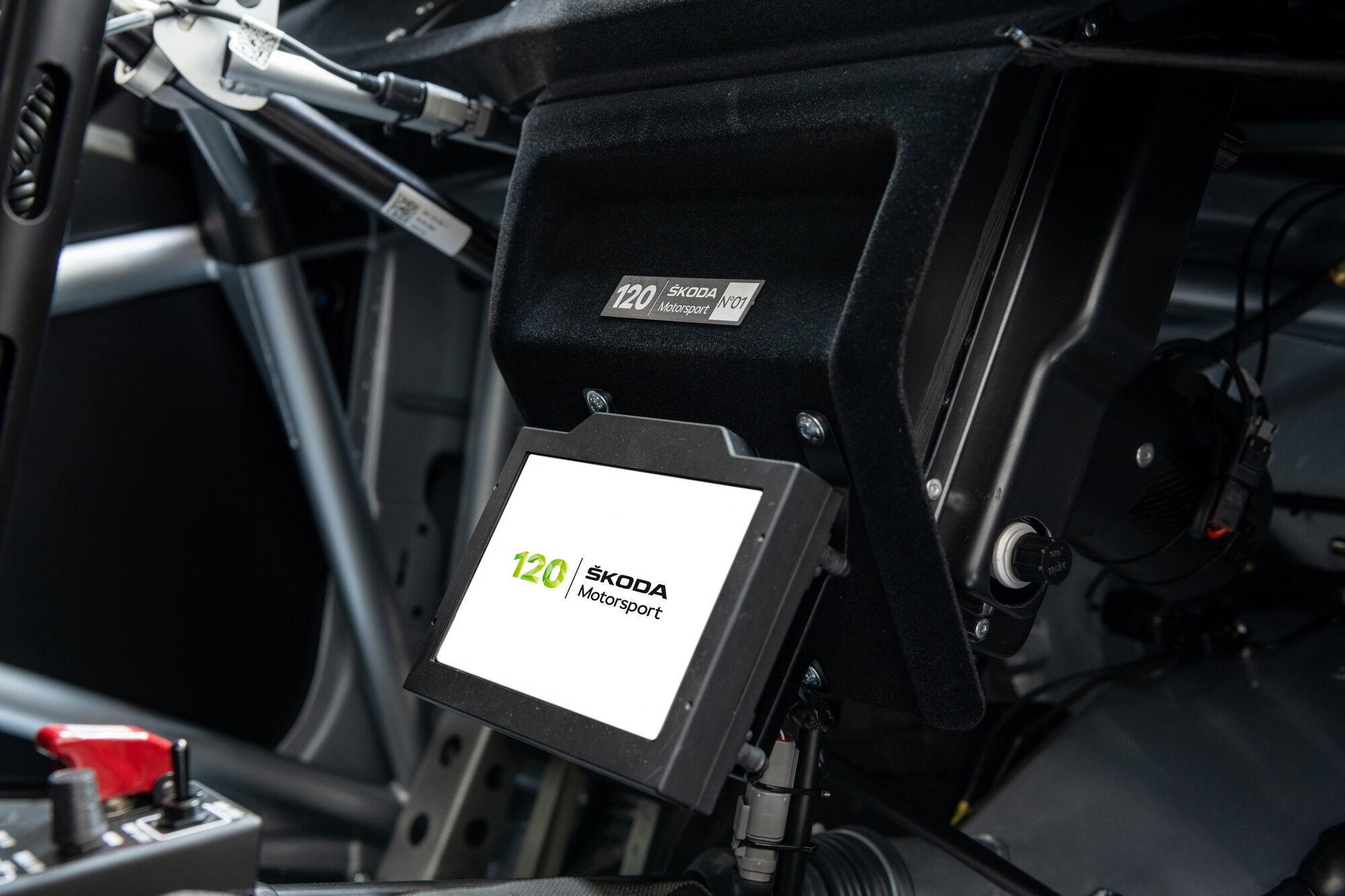 На дисплеях в салоне при запуске двигателя появится особая приветственная заставка