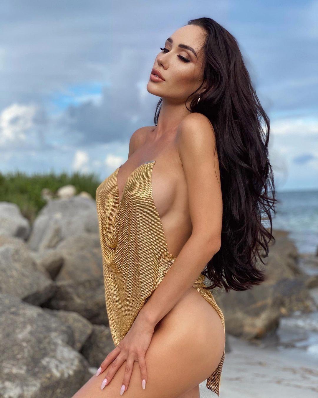 Нина Сереброва в платье золотого цвета