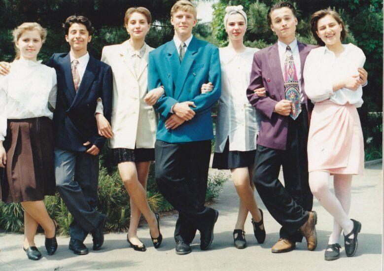Володимир Зеленський (другий ліворуч) на останньому дзвонику в школі. Другий праворуч – Денис Манжосов, майбутній колега по команді КВК.